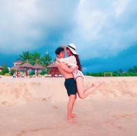 Bà xã Lý Hải diện bikini bốc lửa, cùng chồng kỷ niệm 7 năm ngày cưới