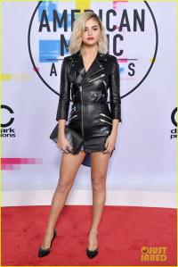 Vừa gợi cảm trên thảm đỏ, Selena Gomez liền bị chê 'tơi tả' bởi tóc tai dính bết trên sân khấu