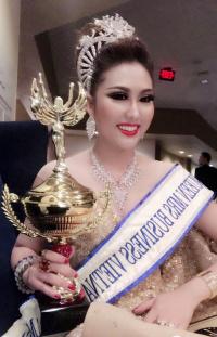 HOT: Vừa về đến sân bay, Phi Thanh Vân tặng danh hiệu Hoa hậu cho mẹ ruột