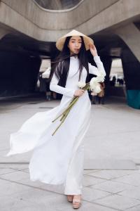 Mỹ nhân Việt tỏa sáng với áo dài, nón lá, cầm hoa sen ở Seoul Fashion Week 2018