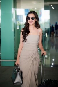 Chi Pu hờ hững 'eo con kiến', đọ sắc cùng Hoa hậu Đỗ Mỹ Linh giữa sân bay