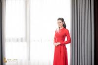 Á hậu Tú Anh diện áo dài đỏ rực, ôm chặt bố mẹ ruột trong đám cưới