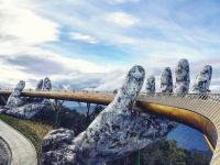 'Choáng' với loạt sàn runway hoành tráng của NTK Việt chẳng kém cạnh gì show diễn quốc tế
