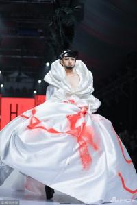 'Tài tử Hoàn Châu cách cách' Trần Chí Bằng cố tình ngã chỏng vó trên sàn catwalk để gây chú ý