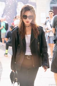 Fan 'tròn mắt' ngắm Triệu Vy diện style 'chị đại' cực cá tính, gây chú ý tại Milan Fashion Week 2018