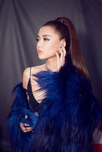Bích Phương gợi cảm đến nghẹt thở trình diễn lại hit 'Bao giờ lấy chồng'