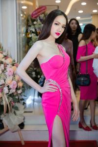 Angela Phương Trinh lạ lẫm với diện mạo mới, đeo trang sức 1,7 tỷ đồng đọ sắc với Hương Giang