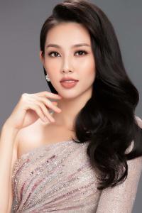 Vừa lên đường dự thi Miss International 2018, Thùy Tiên đã 'đụng váy' Đỗ Mỹ Linh