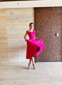 Biết chủ tịch Miss World thích màu hồng, Trần Tiểu Vy nhanh trí diện cả 'cây' hồng choé để diện kiến