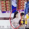 Thực hư câu chuyện cô gái không mặc nội y cố ý chạm ngực vào chàng trai trong siêu thị