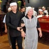 Xúc động khoảnh khắc Tuấn Hưng dìu mẹ trong đám tang ông ngoại
