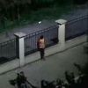 Cặp đôi cấp 3 ôm nhau qua hàng rào y hệt phim