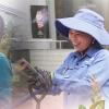 Hạnh phúc đến từ điều giản dị nhất: Bông hoa cho những người phụ nữ chưa từng được tặng hoa