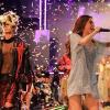 Hồ Ngọc Hà bất ngờ cúi xuống chỉnh trang phục cho người mẫu đi catwalk dù đang hát sung