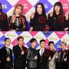 Dàn nghệ sĩ SM đồng loạt đeo nơ đen trên ngực áo để tưởng nhớ Jonghyun tại SBS Gayo Daejun