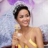 Hoa hậu H'Hen Niê diện