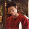 Bạn thân V (BTS) khiến nam khách tây mãi mê ngắm nhìn với nhan sắc đẳng cấp khi làm bồi bàn