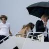 Tổng thống Trump mải miết che ô cho mình, bỏ mặc vợ con lủi thủi theo sau dưới mưa