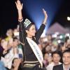 Lần đầu tiên về buôn thăm nhà, Hoa hậu H'Hen Niê khiến các vệ sĩ làm việc