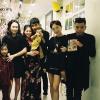 Tóc Tiên khoác chặt tay Hoàng Touliver, vui vẻ đi chơi cùng gia đình