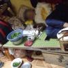 CĐM tranh luận về bức ảnh cô SV nằm ngủ tỉnh bơ giữa đống nồi niêu, rau cải đặt ngay trên giường!