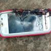 Vừa cắm sạc vừa nghe điện thoại, cô gái 18 tuổi tử vong vì điện thoại phát nổ