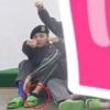 G-Dragon đi dép lê và ngồi một góc cùng đồng đội, lộ chân bị thương khiến fan lo lắng