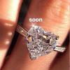 Bị nghi khoe nhẫn kim cương