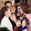 Những khoảnh khắc bình yên, như bé lại của mỹ nhân Việt bên mẹ