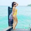 Thủy Tiên diện bikini vàng rực, khoe thân hình nóng bỏng trước biển