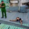 Sự thật bất ngờ đằng sau bức ảnh nam thanh niên bị kẹt nửa người trên mái nhà