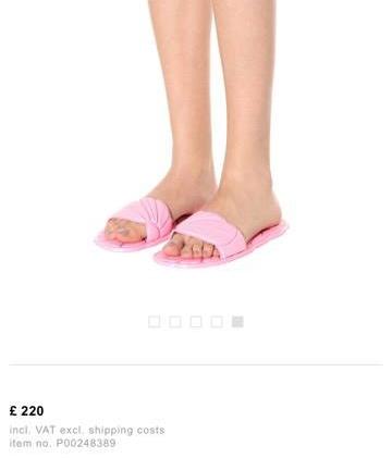Và đây, đôi dép nhựa màu hồng tươi này có giá những 6 triệu đồng đấy. Thoạt nhìn, chúng trông hề khác dép mà các chị, các mẹ mang hàng ngày.