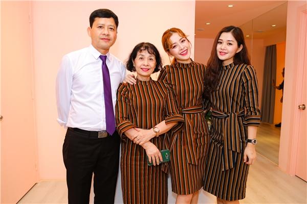 Cả gia đình của Chi Puđã bay từ Hà Nội vào chúc mừng con gái trở thành bà chủ ở tuổi 24. - Tin sao Viet - Tin tuc sao Viet - Scandal sao Viet - Tin tuc cua Sao - Tin cua Sao