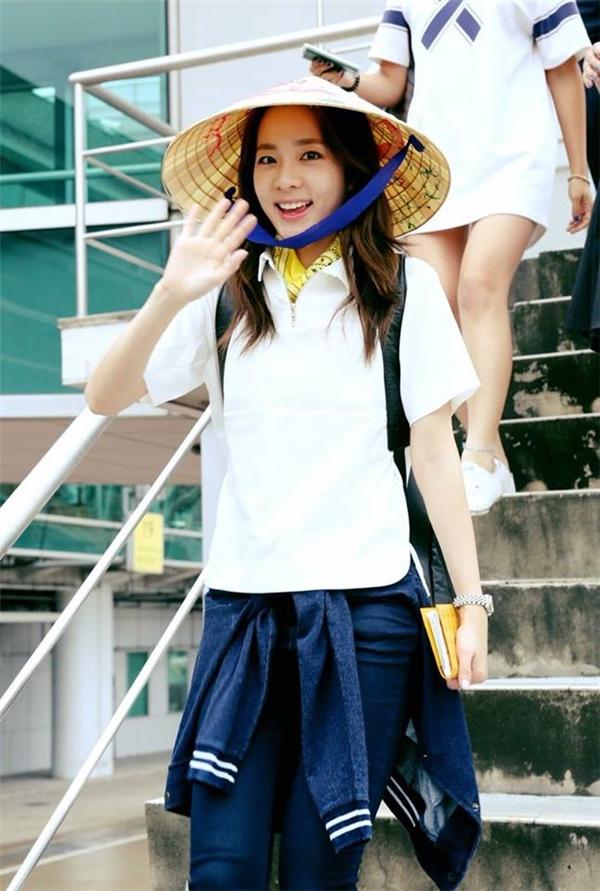 Ngày6/8 Dara đã có một hoạt động thuộc khuôn khổ thương hiệu thời trang do cô làm đại diện ở Việt Namvà cô nàng đã sang đây. Khi xuống sân bay Dara đội nón lá truyền thống của Việt Nam, thân thiện vẫy chào fan, một lần nữa tái ngộ Blackjack Việtsau 2 năm.