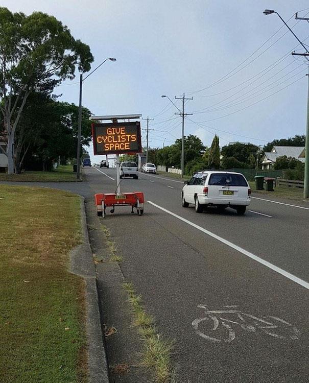 Người đi xe đạp sẽ mừng rơi nước mắt nếu như không bị cái bảng kia chắn đường.