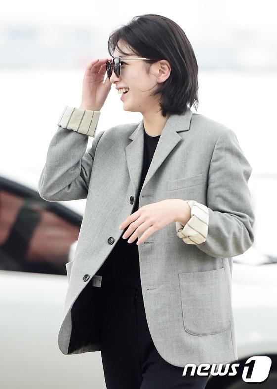 Suzy cười rạng rỡtại sân bay.