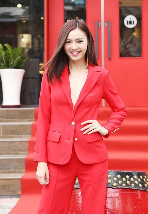 Phong cách monochrome (đơn sắc) được Ninh Dương Lan Ngọcthể hiện nhuần nhuyễn với xu hướng menswear.
