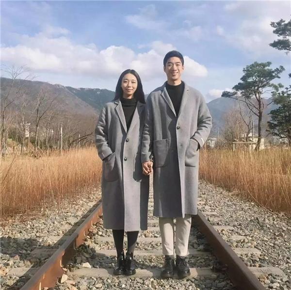 Trang phục đôi của họ cũng được kết hợp rất đồng điệu và thời trang.