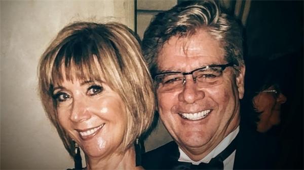 Richard Bell và vợ của ông, Linda, đang ăn trưa tại khoang Thương nhân khi con bọ cạp rơi xuống đầu ông.