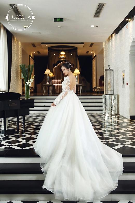 Thiết kế váy cưới áo yếm vẫn không quên kết hợp những lớp ren mềm mại xếp chồng lên nhau tạo nên độ bồng bềnh nhất định.