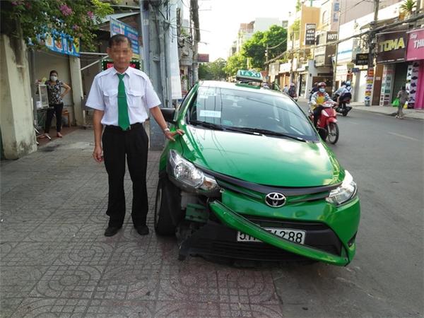 """Hành động """"Lục Vân Tiên"""" của người tài xế khiến chiếc taxi hư hỏng phần đầu."""