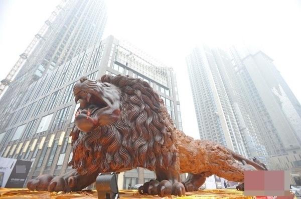 Bức tượng Sư tử Phương Đông đã thu hút người dân Vũ Hán tới tham quan.