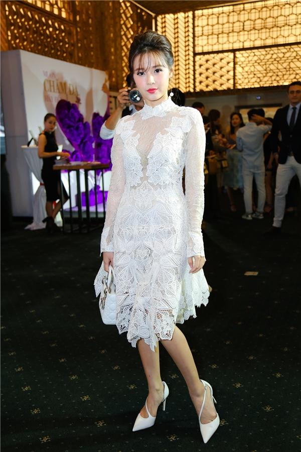Midu nữ tính với váy ren hoạ tiết to bản. Nữ diễn viên quay lại với tông trang điểm ngọt ngào, quen thuộc.