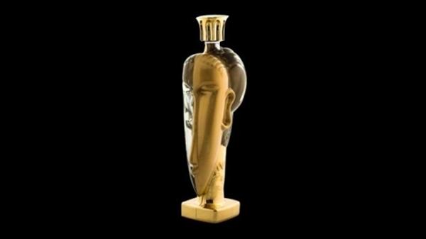 Với mức giá 1,3 tỷ đồng thì chai nước này chỉ có thể trưng bày chứ chẳng ai nỡ uống.