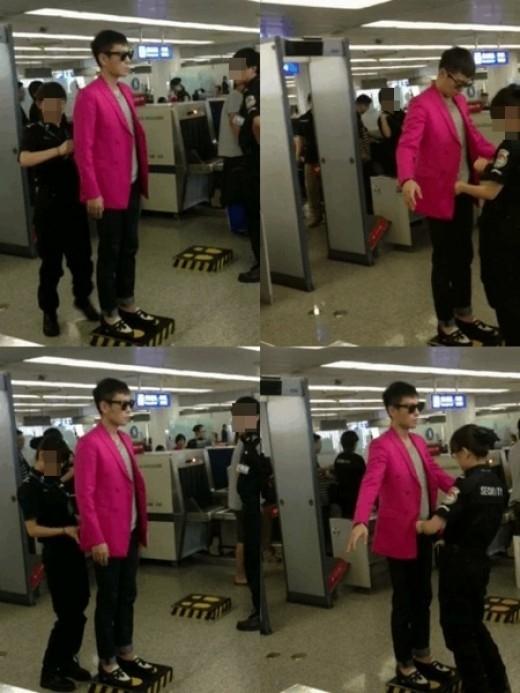 """Chàng rapper của Big Bang - T.O.P nổi trội trong khu vực kiểm tra nhờ chiếc áo quá """"hường""""."""