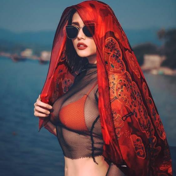 Cựu siêu mẫu Võ Hoàng Yến khoe vòng một khủng với bộ bikini cam rực. - Tin sao Viet - Tin tuc sao Viet - Scandal sao Viet - Tin tuc cua Sao - Tin cua Sao