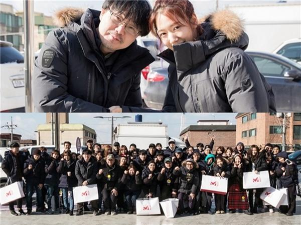 Park Shin Hyecực hào phóng tặng áo ấm cho tất cả nhân viênđoàn làm phim Silence.