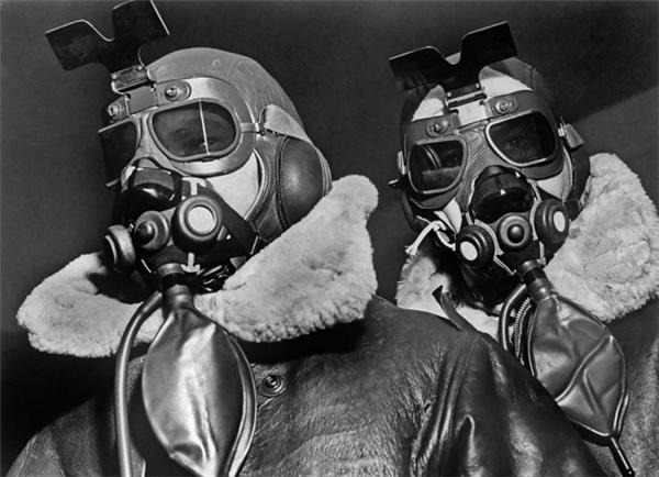 Mặt nạ oxy, quần áovà kính bảo hộchuyên dụng trên cao được sử dụng trong các cuộc tấn công của người Đức từ trên trời cao.
