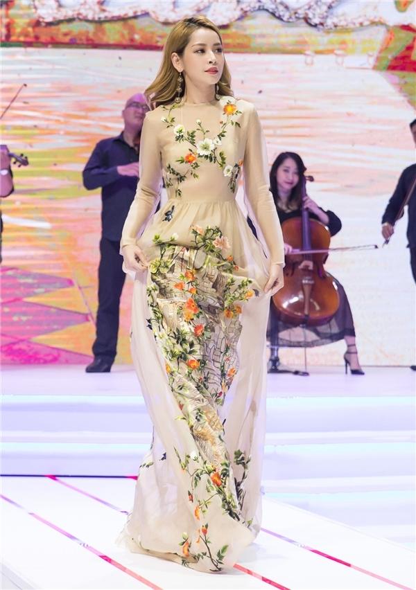 Còn với Chi Pu, cô nàng diễn viên lại ghi điểm với phong cách nữ tính, gợi cảm. Nếu như chiếc đầm ren trắng mang lại vẻ ngoài trẻ trung, năng động cho cô thì thiết kế dài phủ chân, màu pastel kết hợp họatiết hoa lá mang đến sự mềm mại, thanh lịch, ngọt ngào.