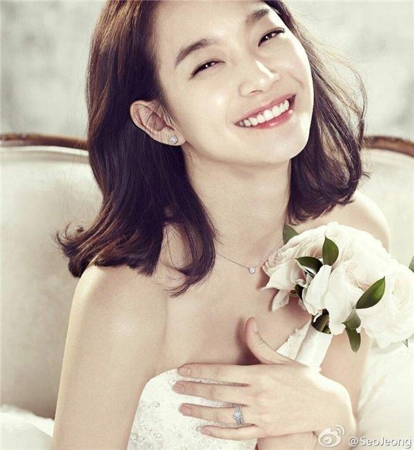 Đôi mắt biết cười cùng đôi má lúm đáng yêu chính là nét đặc trưng của Shin Min Ah.